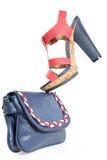 Épluchez des chaussures à la mode de bleu marine et de rouge, avec le sac assorti, isolant photo libre de droits