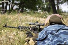 Época de caça Um homem 35-40-year-old caça e visa uma arma de fogo imagens de stock