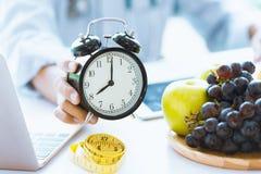 Épocas ao pulso de disparo da mostra do conselheiro de alimento dos cuidados médicos ou da dieta para o cuidado cronometrando seu imagens de stock