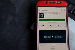 Épocas econômicas: Colaborador app da notícia sobre o mercado na tela de Smartphone fotos de stock