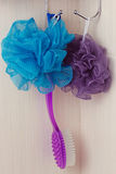 Éponge bleue accrochant sur un crochet Photo stock