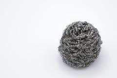 Éponge de fil ou en métal de laine en acier sur le fond blanc Photo libre de droits
