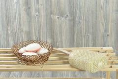 Éponge de savon et de bain photos libres de droits