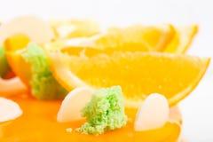 Éponge de siphon de kiwi sur le gâteau vitré par orange Photo libre de droits
