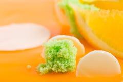 Éponge de siphon de kiwi sur le gâteau vitré par orange Photos libres de droits