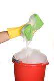 Éponge, position et eau savonneuse Photo stock