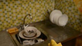 Éponge pour les plats et les gants de lavage banque de vidéos