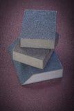 Éponges abrasives sur la vue de verticale de papier d'émeris Photo libre de droits