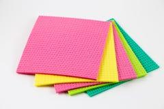 Éponges colorées à l'arrière-plan blanc photographie stock libre de droits