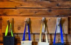 Éponges colorées accrochant sur le crochet en bois Photo stock