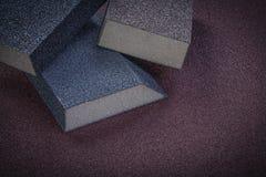 Éponges de ponçage sur des outils d'abrasif de vue supérieure de papier d'émeris Image stock