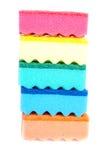 Éponges multicolores de caoutchouc mousse pour les plats de lavage d'isolement sur le fond blanc Image libre de droits