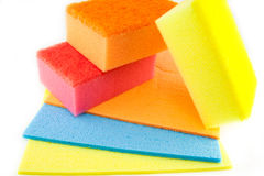 Épongez les protections de récurage sur un fond blanc d'isolement Photo stock