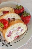 Épongez les roulades avec les fraises crèmes et fraîches, plan rapproché Images stock
