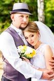 Épousant, étreindre de jeunes mariés Image libre de droits