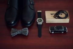 Épousant des accessoires de marié, détails des vêtements, ceinture, montre-bracelet, image libre de droits