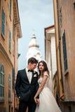 Épousant des couples embrasse sur la rue photographie stock