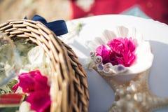 Épousant en Chypre, jeunes mariés sur un pont en pierre dans Agia Napa voûte et table pour l'enregistrement du mariage La vue de  Photos libres de droits