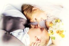 Épousant, jeunes mariés heureux Photographie stock