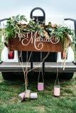 Épousant l'enseigne s'est juste marié, sur un chariot de golf orné avec les boîtes de fleur et en fer blanc sur le terrain de gol photo stock