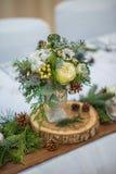 Épousant la table avec l'arrangement floral préparé pour la pièce maîtresse de réception, de mariage, d'anniversaire ou d'événeme image libre de droits