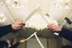 Épousant la tradition de la Géorgie, les hommes jouent le jeu avec des couteaux photos libres de droits