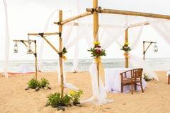 Épousant sur la plage, le mariage extérieur tropical a installé le det de décoration Image libre de droits
