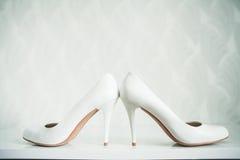 Épousant toujours la vie - chaussures nuptiales de bouquet et de jeune mariée Photographie stock