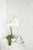 Épousant toujours la vie - chaussures nuptiales de bouquet et de jeune mariée Photos stock