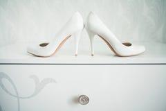 Épousant toujours la vie - chaussures nuptiales de bouquet et de jeune mariée Images stock