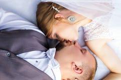 Épousant, vue heureuse de jeunes mariés à partir du dessus Photographie stock libre de droits