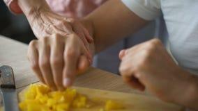 Épouse affectueuse étreignant le mari handicapé, homme de soin faisant cuire le dîner de famille à la maison clips vidéos