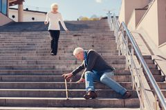 Épouse affectueuse se précipitant en bas des escaliers pour aider le mari Photos stock