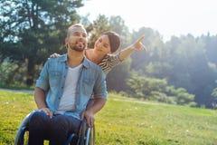 Épouse appelant son attention handicapée de maris sur quelque chose dans la distance Photographie stock