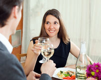 Épouse avec amour regardant son mari et eux buvant ensemble Photographie stock
