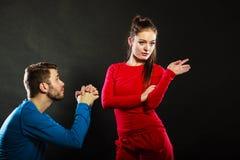 Épouse bouleversée de présentation d'excuses de femme de mari plein de regrets d'homme Image libre de droits