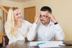Épouse consolant le mari soucieux Photo stock