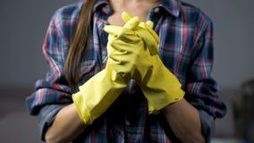 Épouse déterminée dans les gants jaunes prêts à commencer à nettoyer le ménage, ménage photos libres de droits