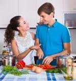 Épouse de aide de jeune mari Photo libre de droits