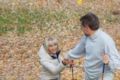 Épouse de aide de mari dans la hausse Photo stock