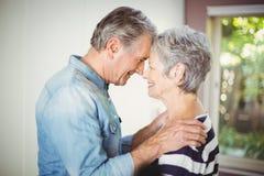 Épouse de embrassement de mari supérieur romantique Photo stock