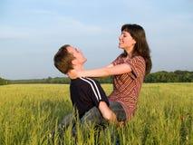 Épouse de fixation de jeune homme dans le sourire de zone Photographie stock
