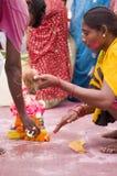 Épouse de mari priant avant le ganesha visarjan Image stock