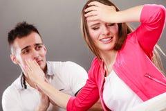 Épouse de présentation d'excuses de mari Femme fâchée de renversement Images stock