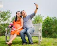Épouse enceinte et mari prenant la photo de téléphone portable Photos libres de droits