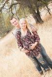 Épouse enceinte heureuse avec le mari Photographie stock libre de droits