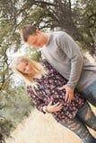 Épouse enceinte heureuse avec le mari Image stock