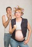 Épouse entêtée avec l'homme effrayé photo stock
