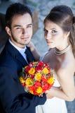 Épouse et marié dans le jour du mariage regardant l'appareil-photo Photographie stock