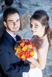 Épouse et marié dans le jour du mariage regardant l'appareil-photo Photographie stock libre de droits